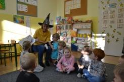 2019-11-07 - Pszczółki - Mama Martynki czyta książkę